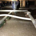 床下水漏れの水吸引作業