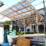 事務所コンテナの上に仮設の屋根