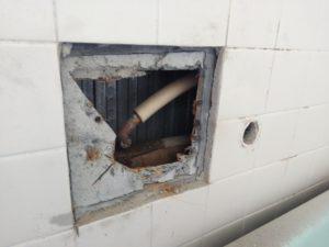壁の中で水漏れ